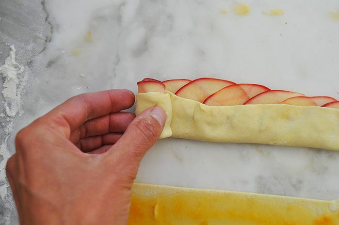 Розочки из слоеного теста с яблоками пошаговое