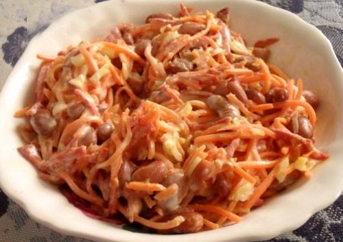 Салат с корейской морковкой копченой колбасой и сухариками